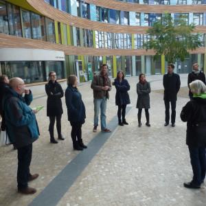 Gruppe im Forum des Umweltbundesamtes bekommt Erklärungen über Eigenschaften des Gebäudes