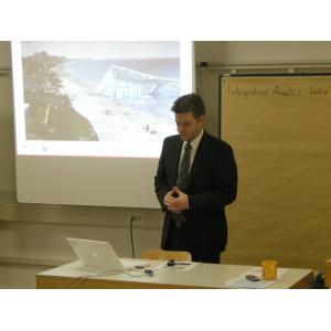 Der Klimaschutzmanager Stadt Dessau-Roßlau hält einen Vortrag vor den Workshopteilnehmern.