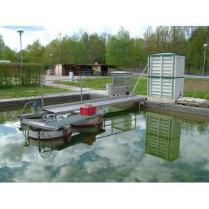 Wasserfläche mit Versuchsaufbauten im Freien.