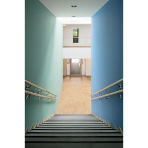 Treppe abwärts mit Holz-Handläufen, die rechts Wand ist blau, die linke in einem hellen grün-blau gestrichen