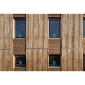 Fassade mit Holztafeln verkleidet, die Holztafeln bilden ein Raster aus größeren senkrechten Tafeln mit senkrechten Holzlatten und kleineren waagerechten Tafeln mit waagerechten Holzlatten