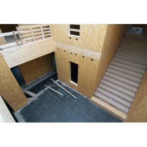 Treppenhaus, die Innenwände aus noch rohen Holzwerkstoffplatten