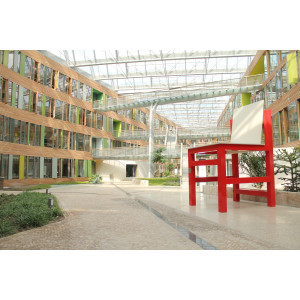 Der XXL-Stuhl von Breuer steht im Atrium des UBA in Dessau. Das Möbelobjekt hat die Maße 4,30 Meter hoch, 2,30 Meter breit und 2,50 Meter tief.