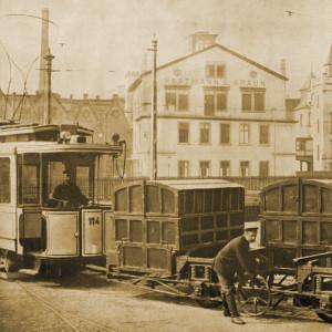Straßenbahn mit zwei Waggons, Fahrer und Arbeiter