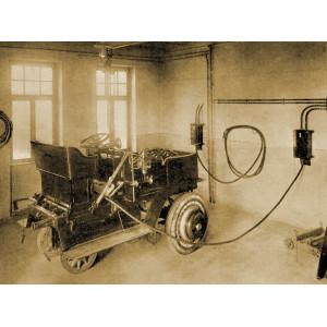 Eine elektrische Zugmaschine wird aufgeladen, ihre Energie stammt aus der Müllverbrennung