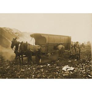 Entleerung des Pferde-Müllwagens durch Seitenklappen