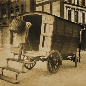 Entleerung von Müllsammelgruben mit Weidenkörben und Bollerwagen