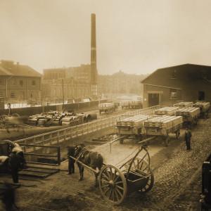 Fabrikgelände auf dem Mülltonen auf Pfederwagenverladen werden