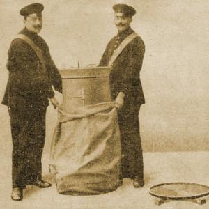 Entleerung der Wechselbodentonne durch zwei Männer mit einem Sack
