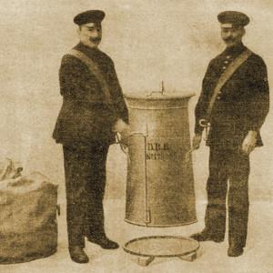 Montage des Bodens durch zwei Männer