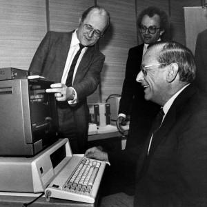 UBA-Präsident Heinrich von Lersner präsentiert 1982 Bundesinnenminister Friedrich Zimmermann (rechts) das neue Bildschirmtextangebot des Umweltbundesamtes. Im Hinblick auf seine Kommunikationsstrategien war das UBA immer am Puls der Zeit.