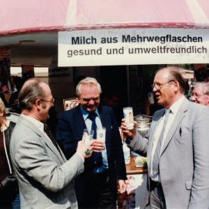 """UBA-Präsident von Lersner vor dem Stand """"Milch aus Mehrwegflaschen gesund und umweltfreundlich"""" auf dem Umweltmarkt zum Tag der Umwelt 1981 am Dienstsitz Berlin- Bismarckplatz."""