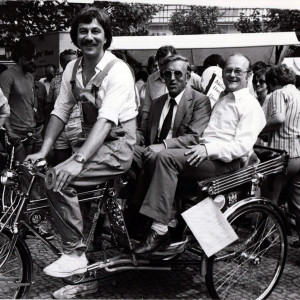 Tag der Umwelt 1980: Testet UBA-Präsident Heinrich von Lersner (rechts) hier eine Alternative zum Dienstwagen?