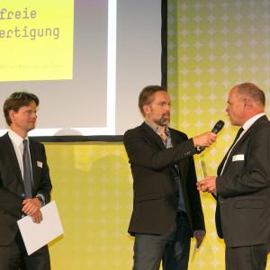Bundespreis Ecodesign 2014 Moderator Tom Böttcher im Gespräch mit den Preisträgern der Satisloh GmbH