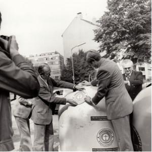 1978 stellt Präsident Heinrich von Lersner den lärmgeminderten Blauer-Engel-Altglascontainer vor