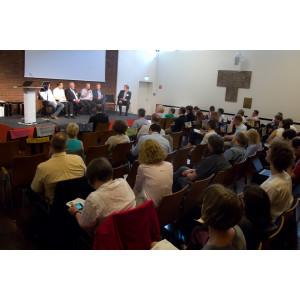 Blick aufs Podium und die diskutierenden Teilnehmer