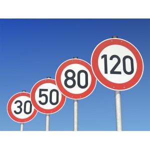 Schilder mit der Geschwindigkeitsangabe 120, 80, 50, 30