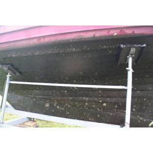 Ein Bootsrumpf mit Algen