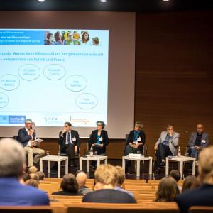 Blick auf das Podium im Hörsaal auf die Interviewrunde: Warum kann Klimaresilienz nur gemeinsam erreicht werden ?