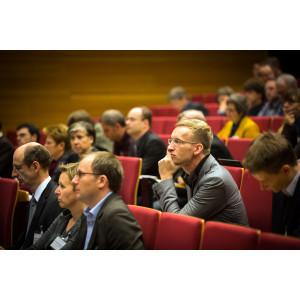 Teilnehmer sitzen im Hörsaal