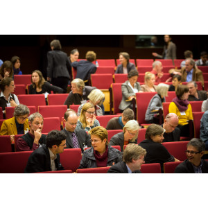 Teilnehmer sitzen im Hörsaal und diskutieren