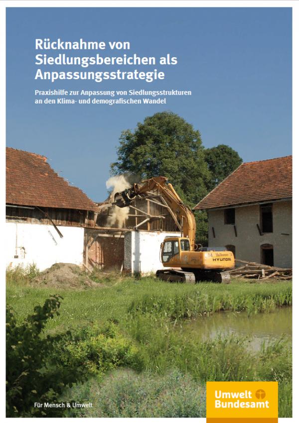 Das Cover der Broschüre: Rücknahme von Siedlungsbereichen als Anpassungsstrategie  - Ein Bagger reißt ein altes Gebäude ab.