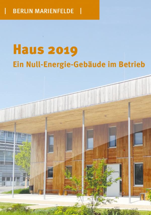 Ein Großes Holzhaus im Grünen