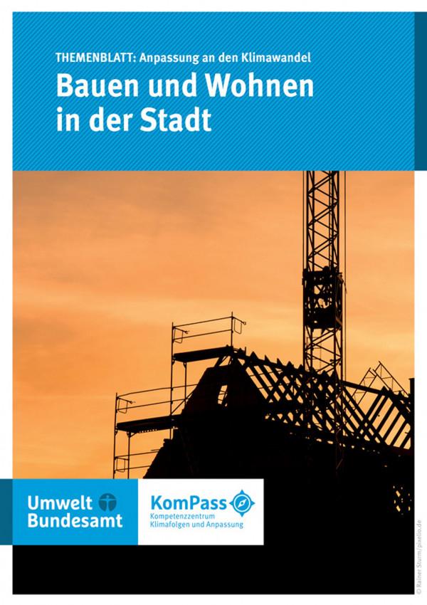 """Cover des Themenblatts """"Anpassung an den Klimawandel: Bauen und Wohnen"""" mit einem Foto von einem Haus im Bau"""