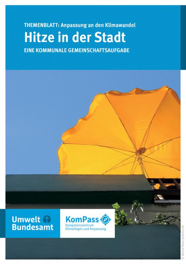"""Cover von """"Anpassung an den Klimawandel: Hitze in der Stadt"""" mit einem Foto eines gelben Sonnenschirms, der auf einem Balkon steht"""