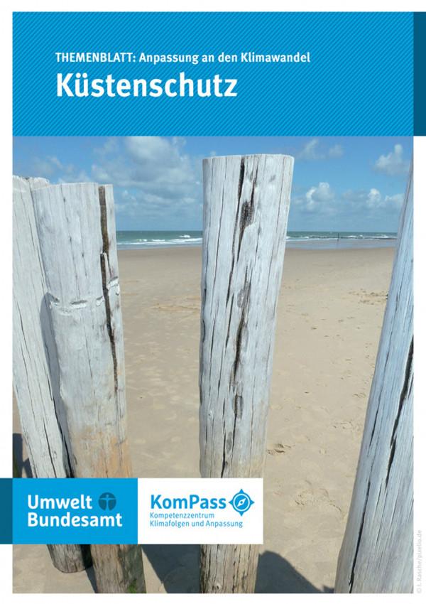 """Cover von """"Anpassung an den Klimawandel: Küstenschutz"""", Titelfoto: Strand mit einer Reihe senkrecht eingegrabener Stämme gegen Erosion"""