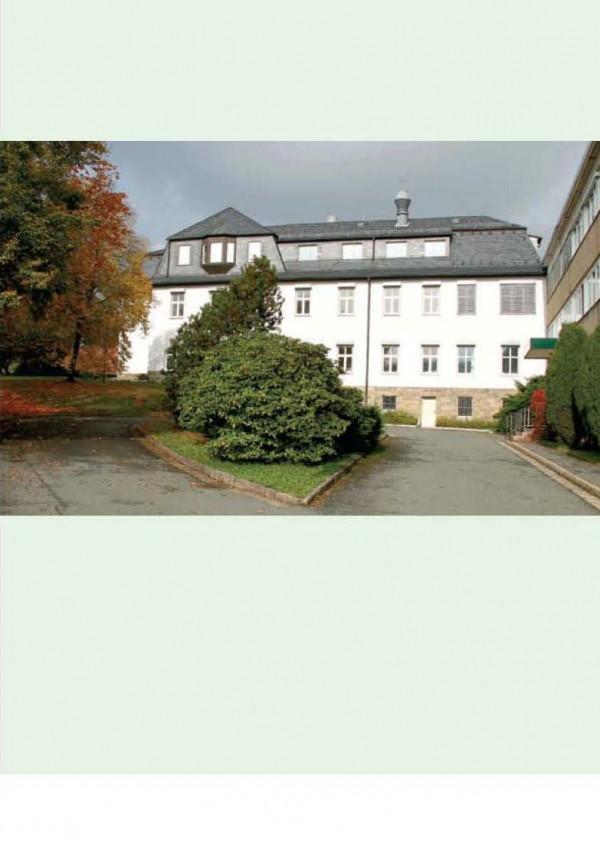 """Cover des Flyers """"Das Umweltbundesamt in Bad Elster"""" mit einem Foto des Dienstgebäudes"""