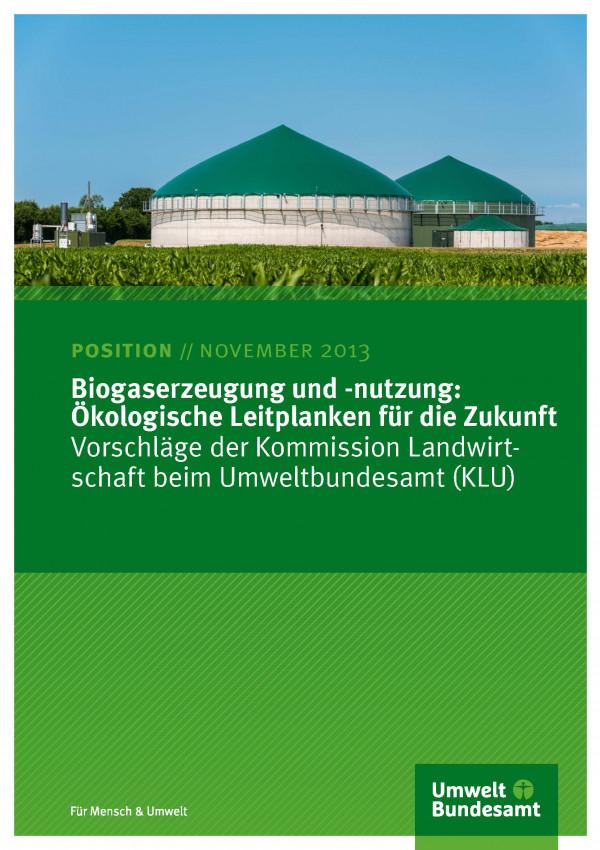 """Titelseite des Positionspapiers """"Cover von Biogaserzeugung und -nutzung: Ökologische Leitplanken für die Zukunft"""" mit einem Foto einer Biogasanlage hinter einem Maisfeld und unten das Logo des Umweltbundesamtes"""