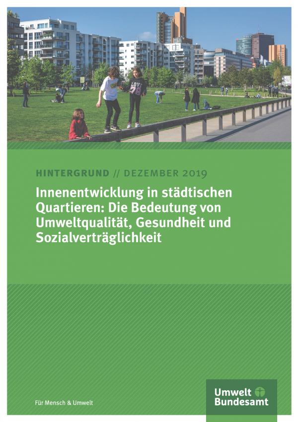 """Titelseite des Hintergrundpapiers """"Innenentwicklung in städtischen Quartieren"""" vom Dezember 2019. Titelfoto: Kinder spielen in einer Grünanlage vor Wohnhäusern in der Stadt."""