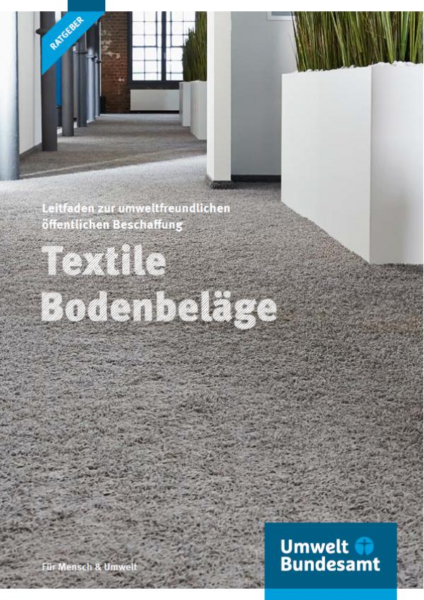 """Titelseite der Ratgeber-Broschüre """"Leitfaden zur umweltfreundlichen öffentlichen Beschaffung: Textile Bodenbeläge"""" des Umweltbundesamtes. Das Hintergrundbild zeigt einen Teppichboden in einer Wohnung."""