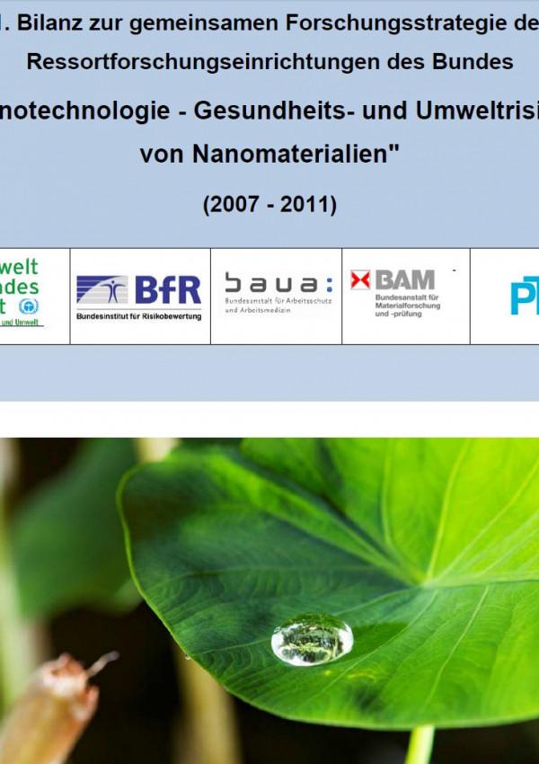 Cover der Publikation Cover Nanotechnologie - Gesundheits- und Umweltrisiken von Nanomaterialien (2007 - 2011) mit einem Foto von einem Lotoseffekt: an einem Blatt perlt ein Tropfen ab, ohne es nass zu machen