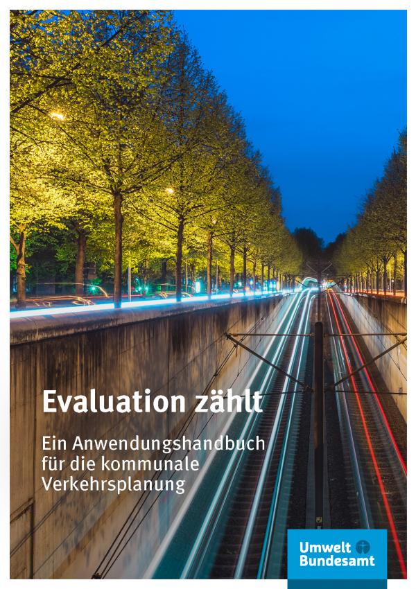 """Cover der Broschüre """"Evaluation zählt: Ein Anwendungshandbuch für die kommunale Verkehrsplanung"""" mit einem Foto von einer abgesenkten und beleuchteten Straßenbahntrasse in der Stadt bei Nacht. Unten das Logo """"Umweltbundesamt"""""""