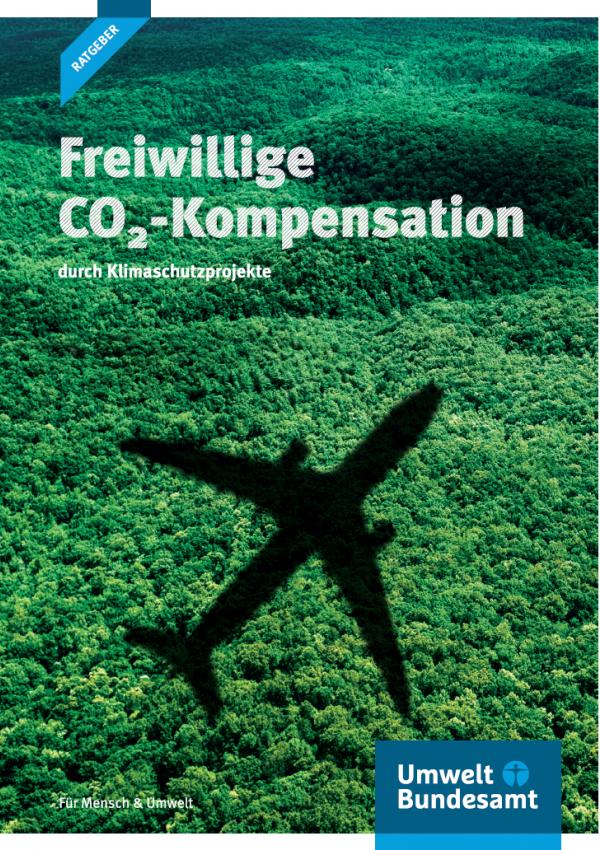 """Titelseite der Ratgeber-Broschüre """"Freiwillige CO2-Kompensation durch Klimaschutzprojekte"""" vom Umweltbundesamt. Das Hintergrundfoto zeigt den Schatten eines Flugzeugs, das über eine dicht bewaldete, hügelige Landschaft fliegt."""