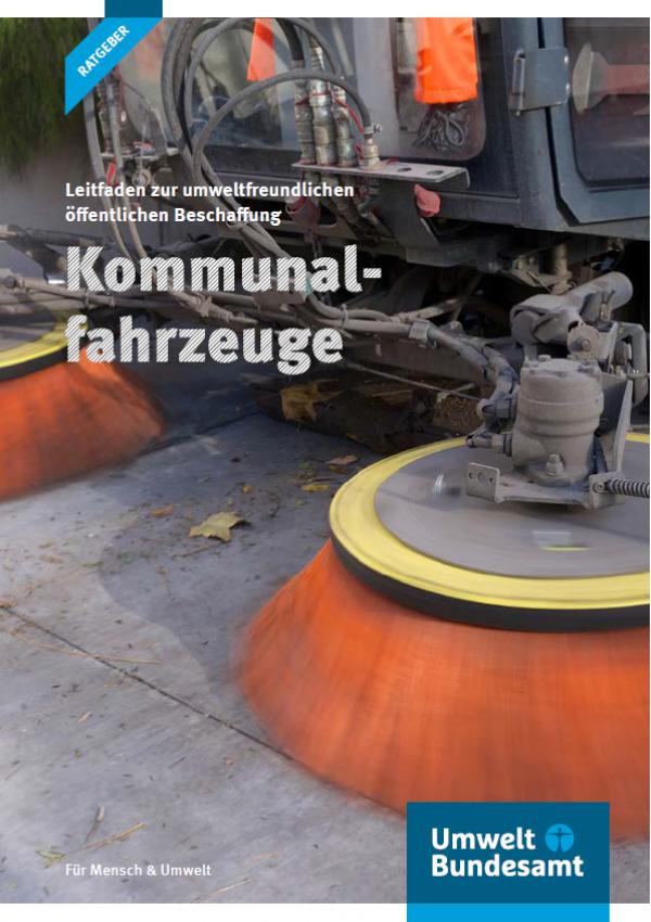 """Titelseite der Broschüre """"Leitfaden zu umweltfreundlichen öffentlichen Beschaffung: Kommunalfahrzeuge"""" mit einem Foto eines Straßenreinigungsfahrzeugs und dem Logo des Umweltbundesamtes"""