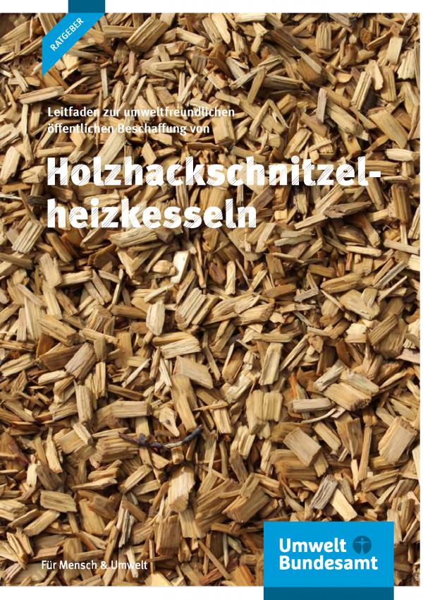"""Cover der UBA-Ratgeber-Broschüre """"Leitfaden zur umweltfreundlichen öffentlichen Beschaffung von Holzhackschnitzelheizkesseln"""". Im Hintergrund ein Foto von Holzhackschnitzeln. Unten das Logo Umweltbundesamt - Für Mensch & Umwelt"""