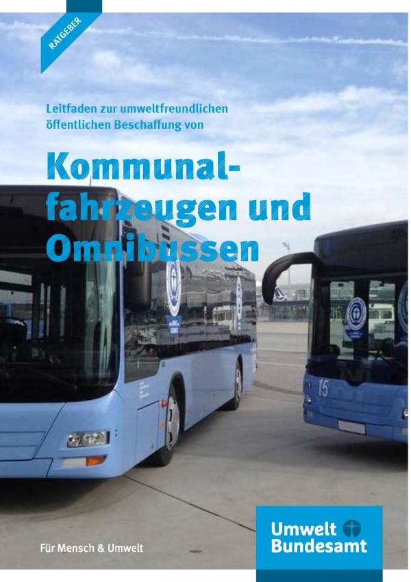 """Cover der Broschüre """"Leitfaden zur umweltfreundlichen öffentlichen Beschaffung von Kommunalfahrzeugen und Omnibussen"""" mit einem Foto von zwei Bussen mit einem Aufkleber mit dem Umweltzeichen """"Blauer Engel"""". Unten des Logo des Umweltbundesamtes"""