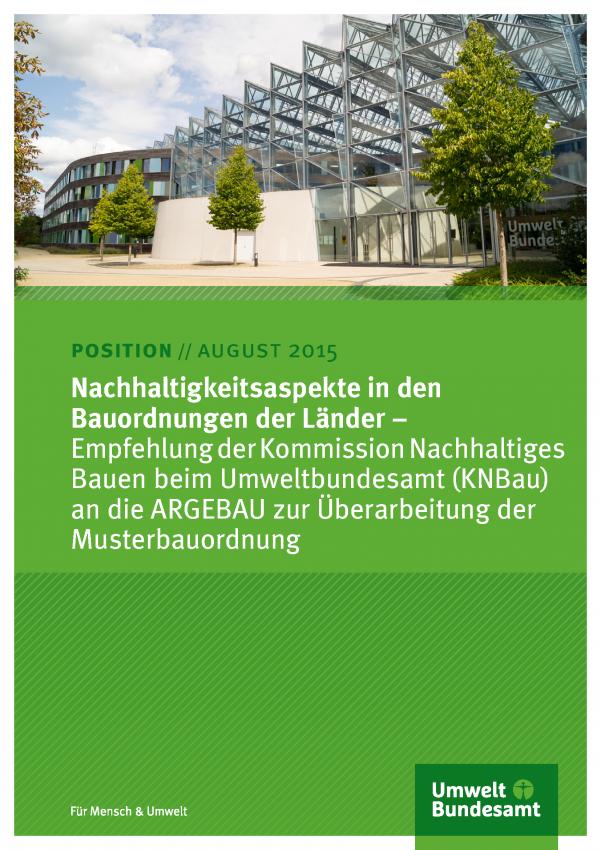 """Cover des Positionspapiers """"Nachhaltigkeitsaspekte in den Bauordnungen der Länder − Empfehlung der Kommission Nachhaltiges Bauen beim Umweltbundesamt (KNBau) an die ARGEBAU zur Überarbeitung der Musterbauordnung"""" mit einem Titelfoto des UBA-Gebäudes"""
