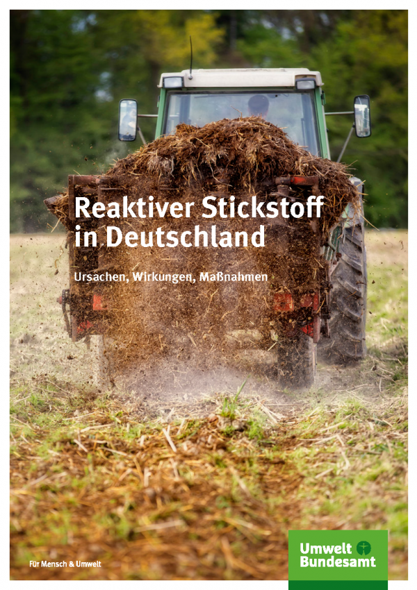 """Cover der Broschüre """"Reaktiver Stickstoff in Deutschland"""" mit einem Foto eines Traktors"""