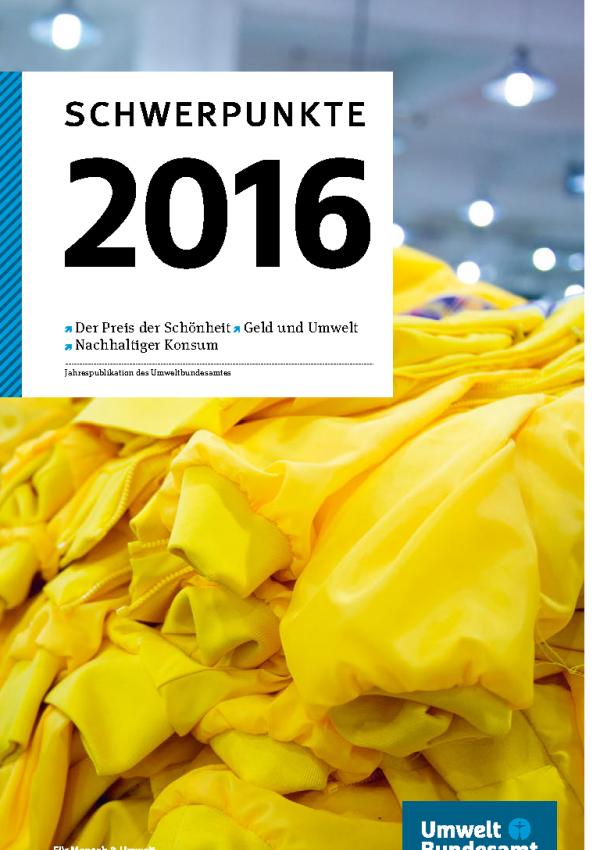 """Titelseite der Jahrespublikation des Umweltbundesamtes """"Schwerpunkte 2016"""". Stichwortartig sind die Themen """"Der Preis der Schönheit"""", """"Geld und Umwelt"""" und """"Nachhaltiger Konsum"""" angekündigt. Das Hintergrundfoto zeigt gelbe Jacken auf einem Stapel."""