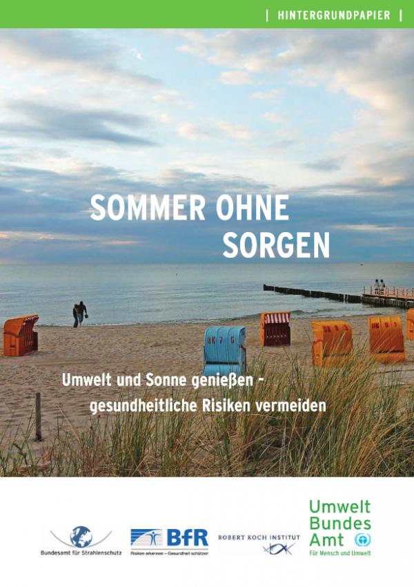 """Cover des Hintergrundpapiers """"Sommer ohne Sorgen"""" mit einem Bild eines Meeresstrands mit Strandkörben"""