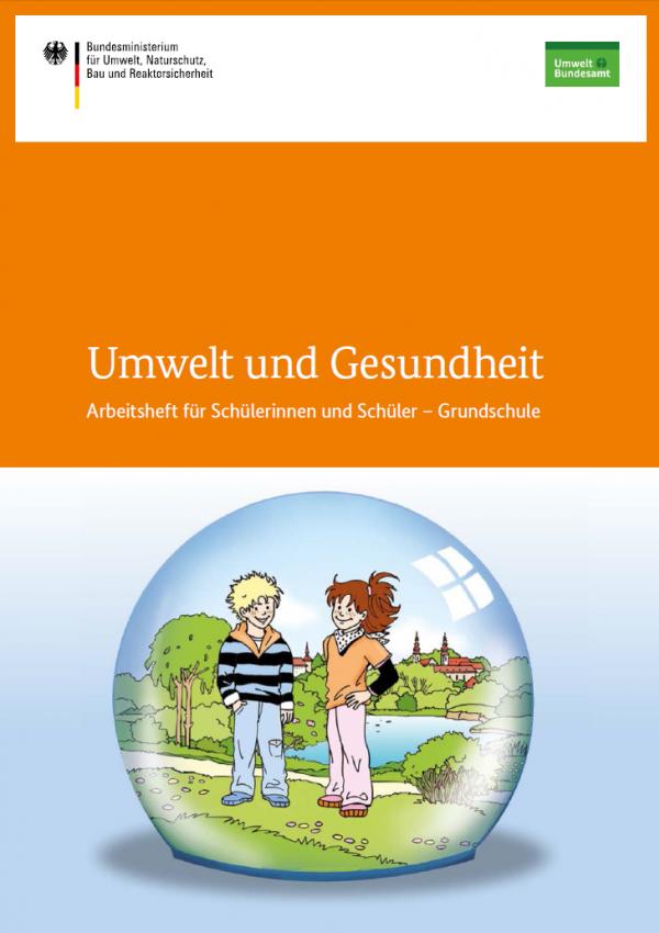 """Cover der Publikation """"Umwelt und Gesundheit: Arbeitsheft für Schülerinnen und Schüler – Grundschule"""". Das Titelbild zeigt einen Jungen und ein Mädchen vor dem Hintergrund einer schönen Landschaft mit einem Fluss, Bäumen und einer Stadt"""