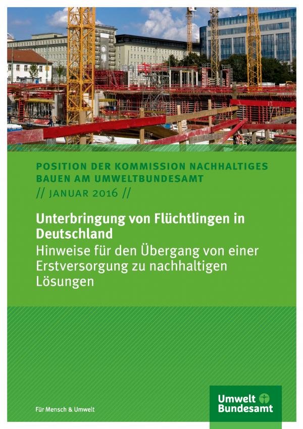 """Titelblatt Positionspapier """"Unterbringung von Flüchtlingen in Deutschland - Hinweise für den Übergang von einer Erstversorgung zu nachhaltigen Lösungen"""" der Kommission Nachhaltiges Bauen am Umweltbundesamt vom Januar 2016 mit Titelfoto einer Baustelle"""