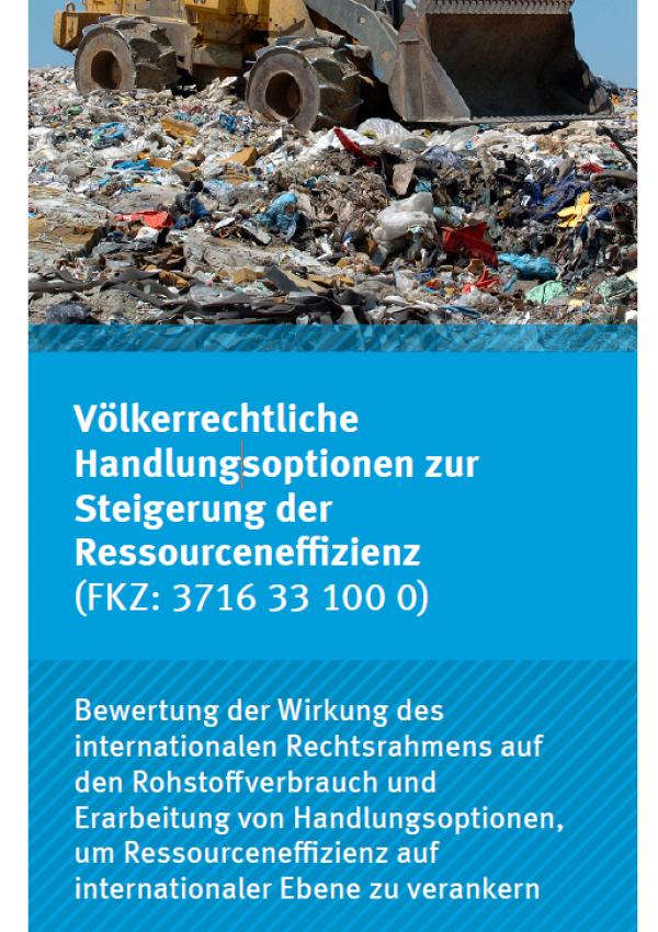 """Titelseite des Faltblatts """"Völkerrechtliche Handlungsoptionen zur Steigerung der Ressourceneffizienz"""" mit einem Bild eines Radladers auf einer Müllkippe, unten das Logo des Umweltbundesamts"""