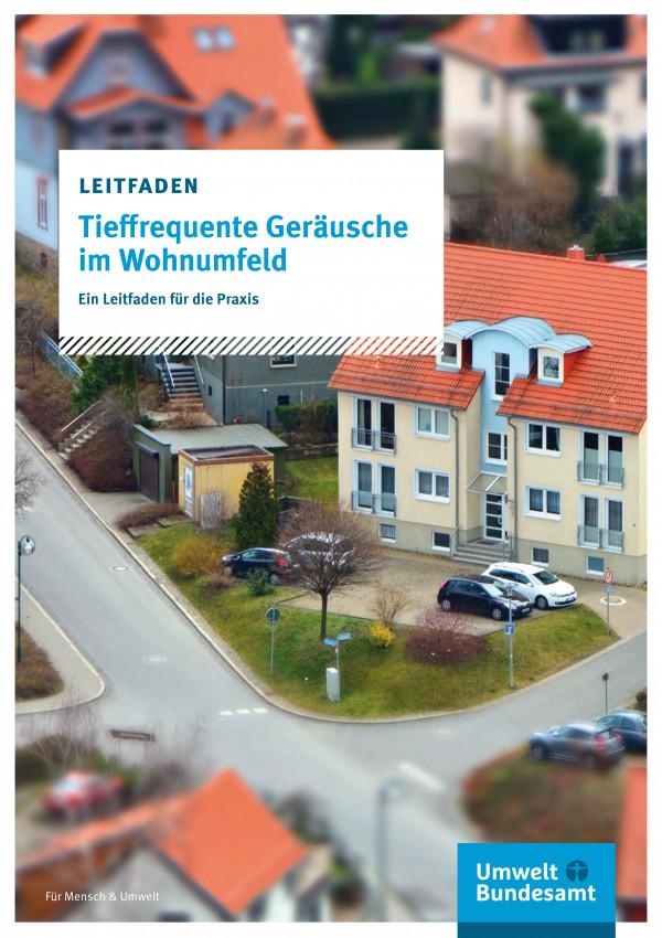 Luftperspektive auf ein Haus in einer Nachbarschaft, davor ein Parkplatz mit einigen Autos
