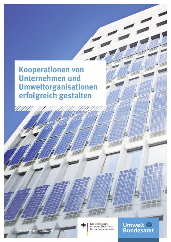 Häuserfront mit Solaranlagen