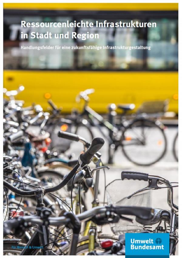 Fahrräder und ein Bus in einer Stadt.